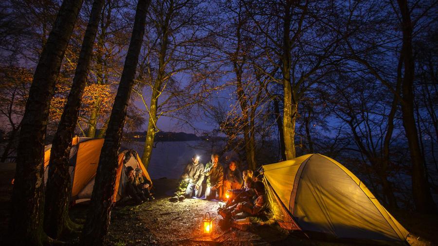 Teltlejr i skov om natten