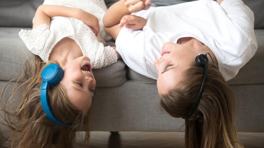 Foto: Mor og barn lytter til lydbøger