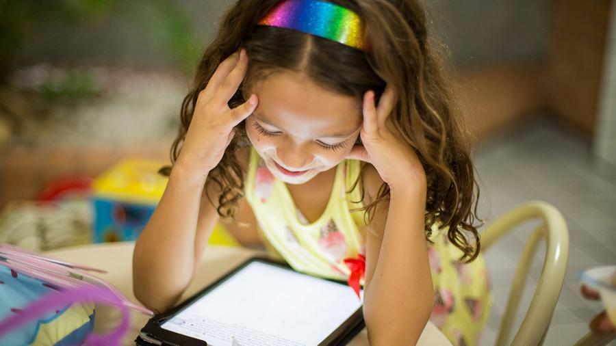 Foto: Lille pige med tablet