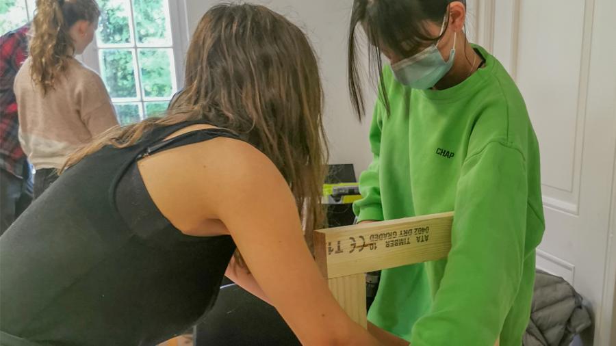Foto: Kunstambassadørerne i gang med at bygge legeudstillingen.